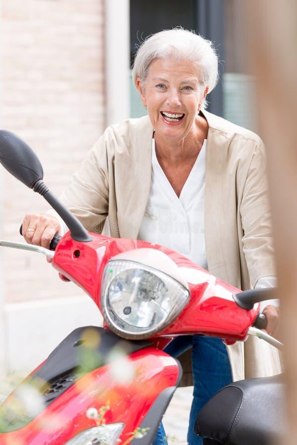 Aktive ältere Frau lizenzfreie stockfotos