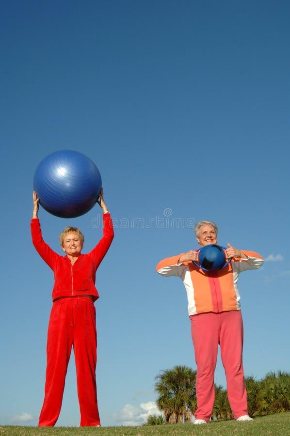 Aktive ältere Frauen lizenzfreies stockfoto