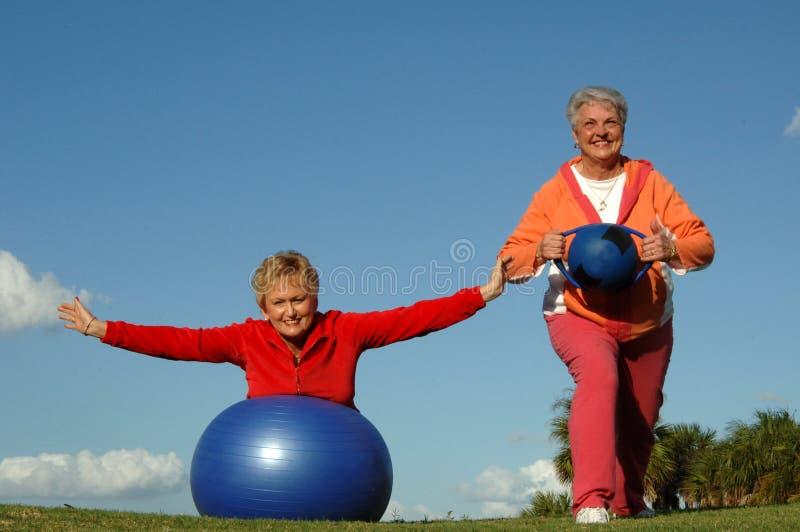 Aktive ältere Frauen lizenzfreies stockbild