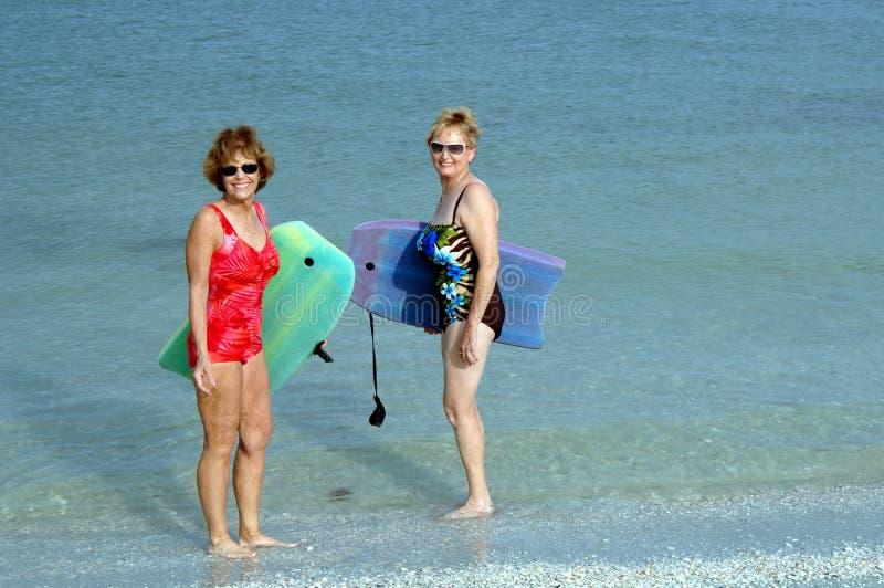Aktive ältere Frauen am Strand lizenzfreies stockbild