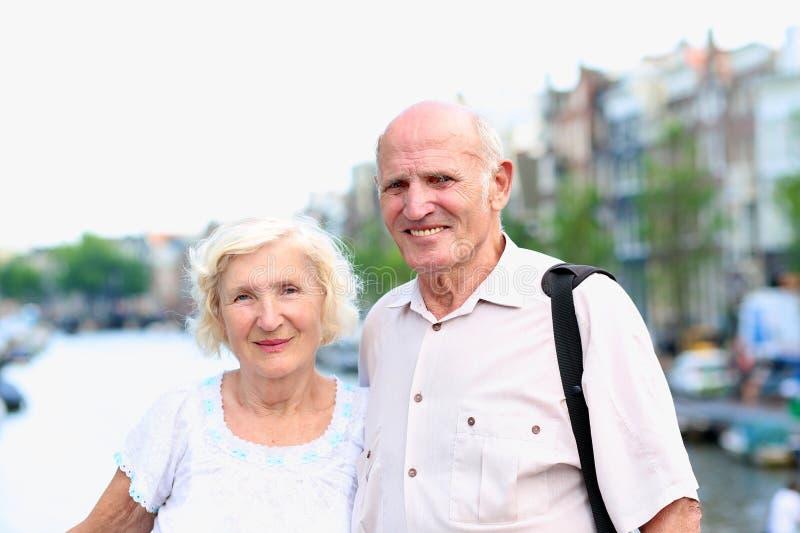 Aktive ältere Paare, die Reise nach Amsterdam genießen stockfotografie