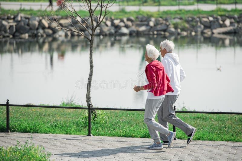 Aktive ältere Paare draußen stockbilder