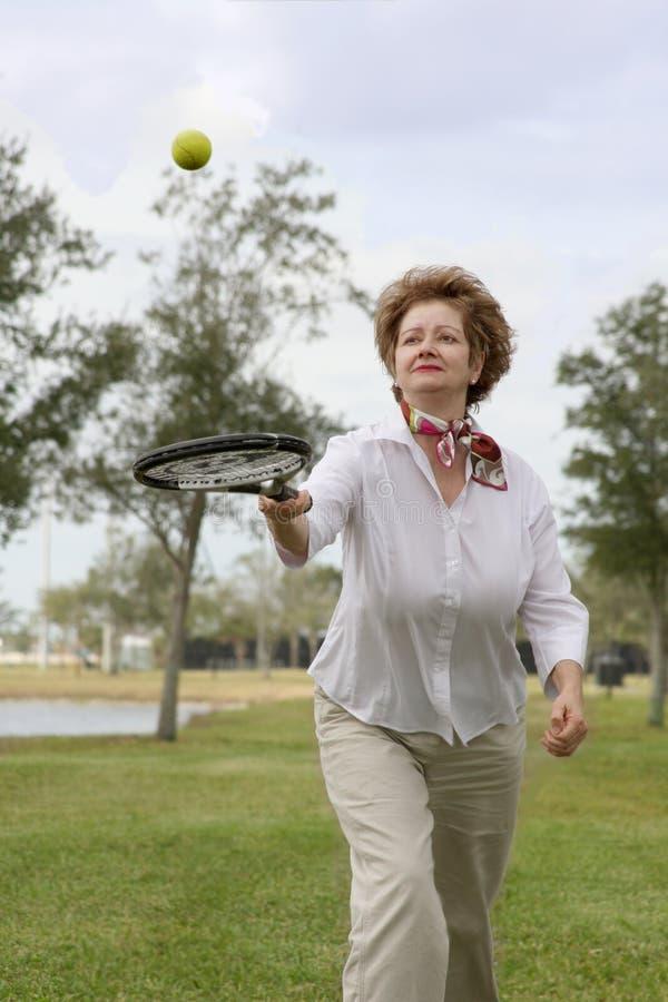 Aktive fällige Frau lizenzfreies stockfoto