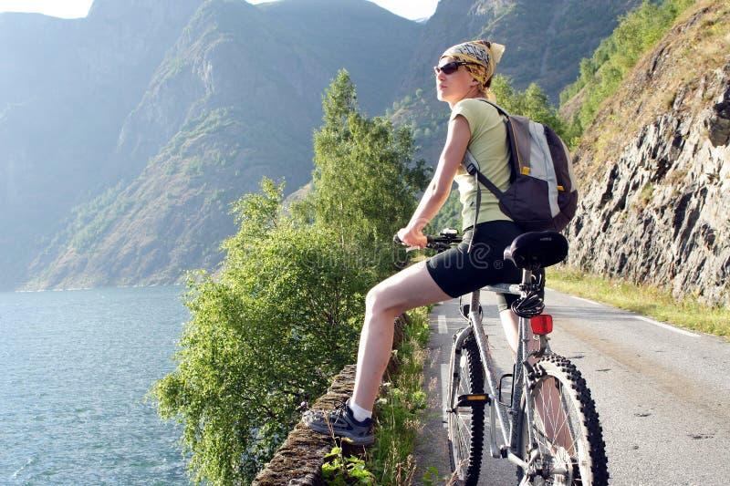 Aktive Frau auf Fahrrad hat Bruch lizenzfreie stockfotografie