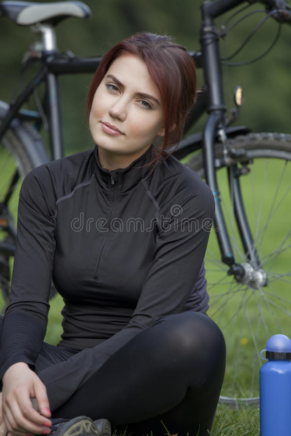 Aktive Frau, die Bruch hat lizenzfreie stockfotos