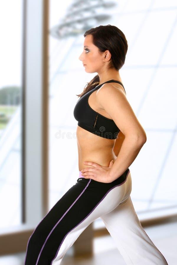 Aktive Frau im Gymnastikklumpen stockfotografie
