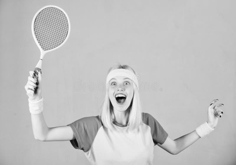 Aktive Freizeit und Liebhaberei M?dchen passte d?nnes blondes Spieltennis Aktiver Lebensstil Frauengriff-Tennisschl?ger in der Ha stockfotos