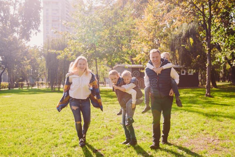 Aktive Freizeitau?enseite der Themafamilie in der Natur gro?e kaukasische Familie mit vier Kindern Mutter und Vati, die sich akti lizenzfreies stockfoto
