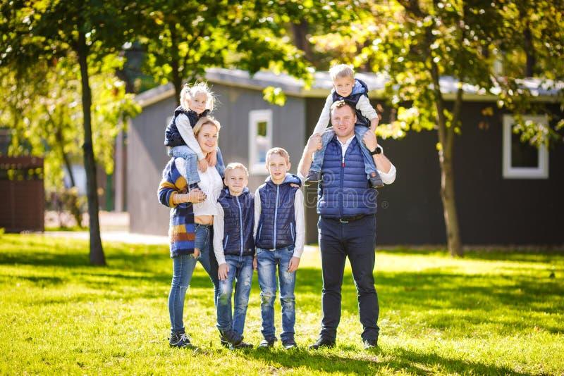 Aktive Freizeitau?enseite der Themafamilie in der Natur gro?e kaukasische Familie mit vier Kindern Mutter und Vati, die sich akti lizenzfreies stockbild