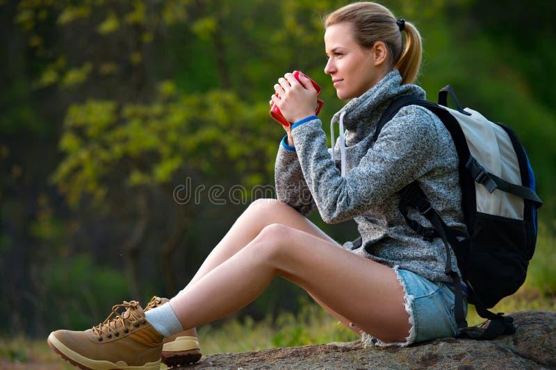 Aktive gesunde Frau, die im schönen Waldporträt des Zufalls wandert lizenzfreies stockbild