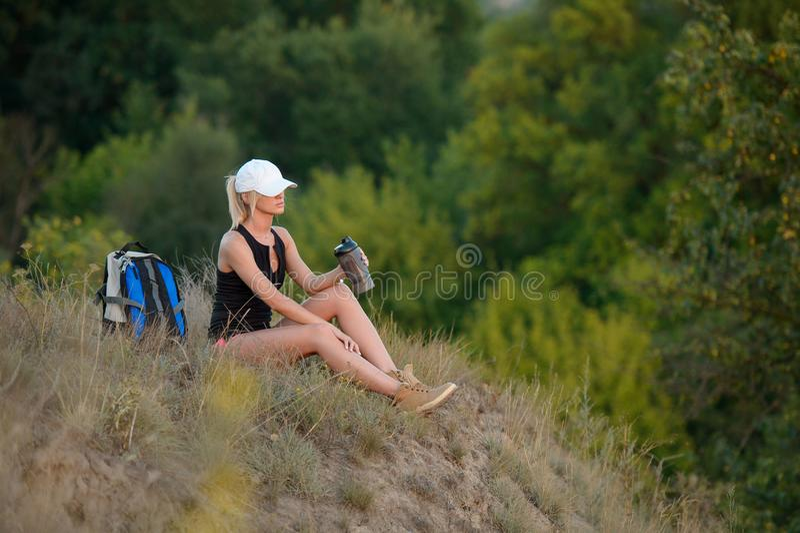 Aktive gesunde Frau, die im schönen Waldporträt des Zufalls wandert lizenzfreie stockfotos