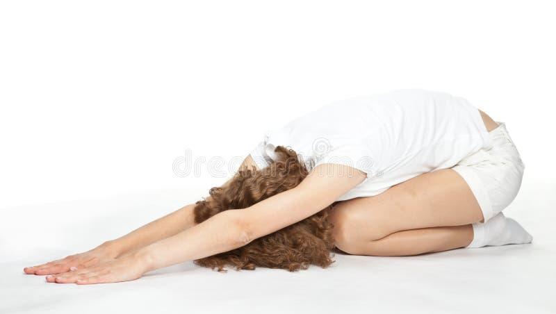 Aktive junge Frau, die auf dem Fußboden trainiert lizenzfreie stockfotos