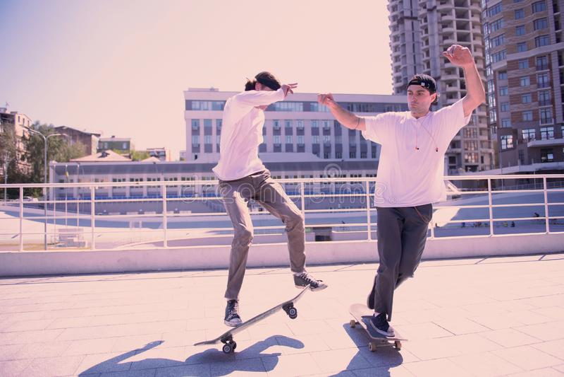Aktive Männer, die Leistung auf ihren Skateboards tun stockfotografie