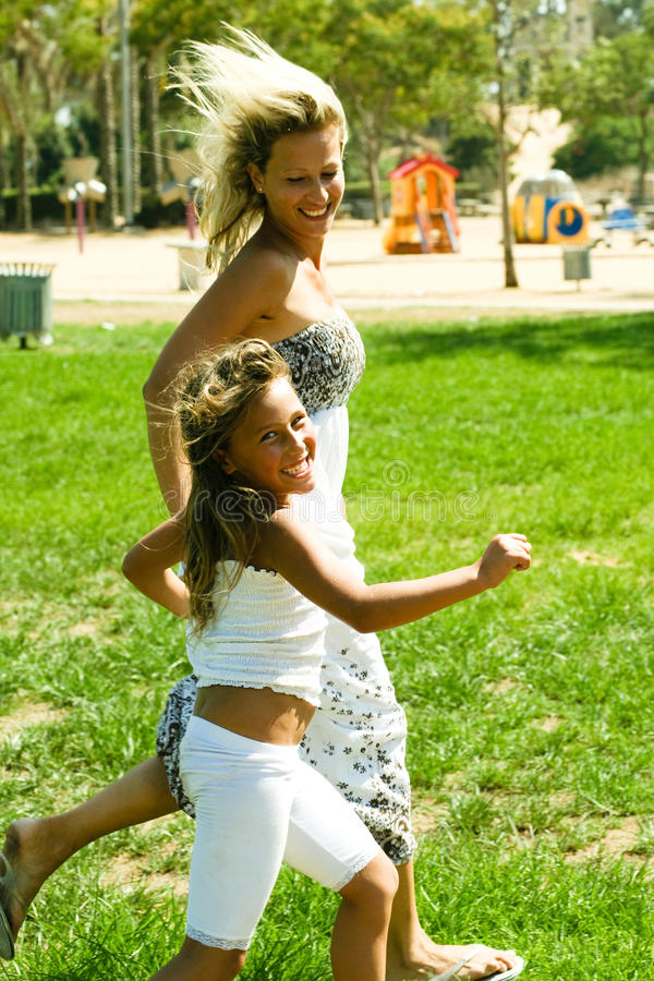 Aktive Mamma und Tochter stockfoto