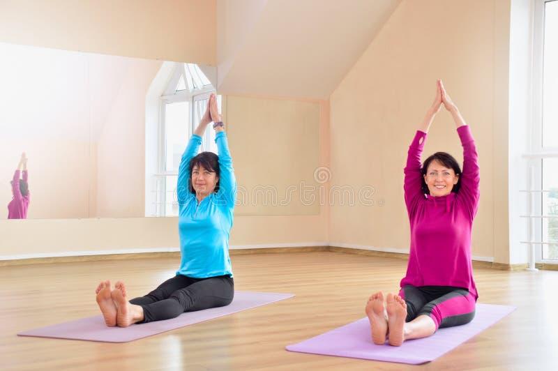 Aktive sportive reife Frauen, die Übung im Eignungsstudio tun lizenzfreie stockfotos