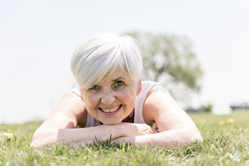 Aktive und glückliche ältere Frau draußen in der Sommersaison lizenzfreie stockfotos