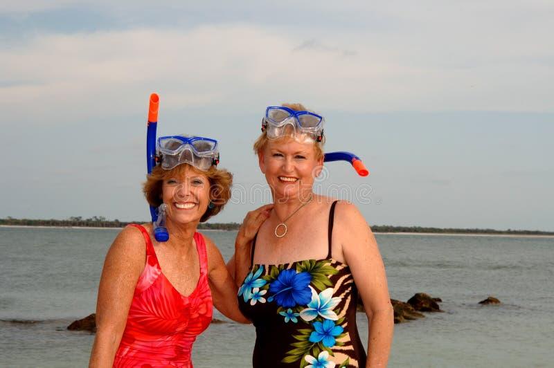 Aktiver ältere Frauen Snorkel stockbilder