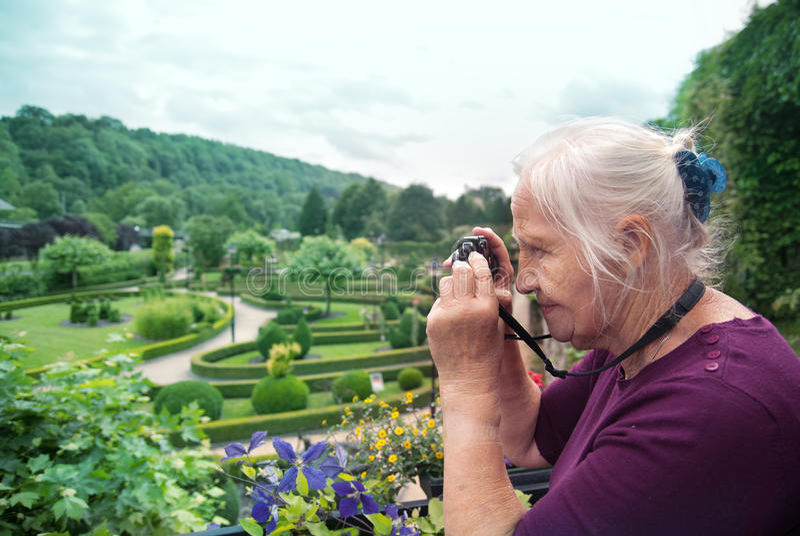 Aktiver älterer Fotograf lizenzfreie stockfotos