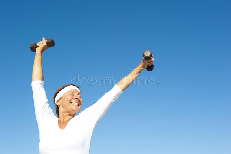 Aktiver älterer Frauenhimmelhintergrund stockbilder