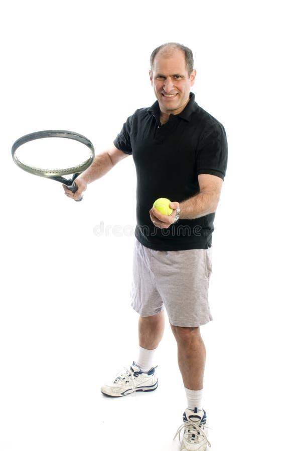 Aktiver älterer Mann, der Tennis mit dem Bierbauch spielt lizenzfreie stockfotografie