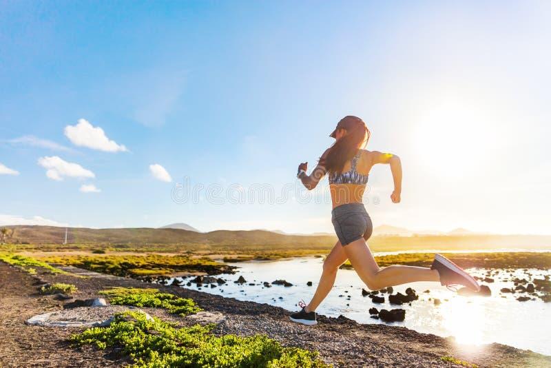 Aktiver Athlet, der auf Sommerhinternatur läuft stockfotos