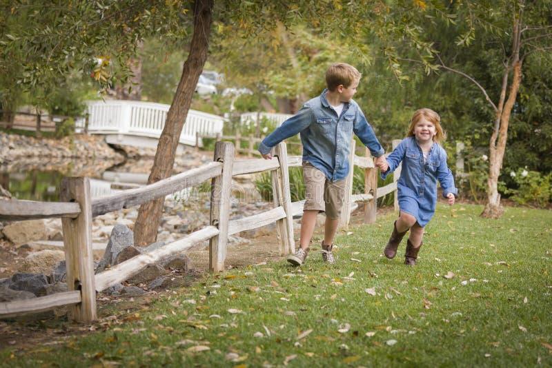 Aktiver Bruder und Schwester Running Outside lizenzfreies stockbild
