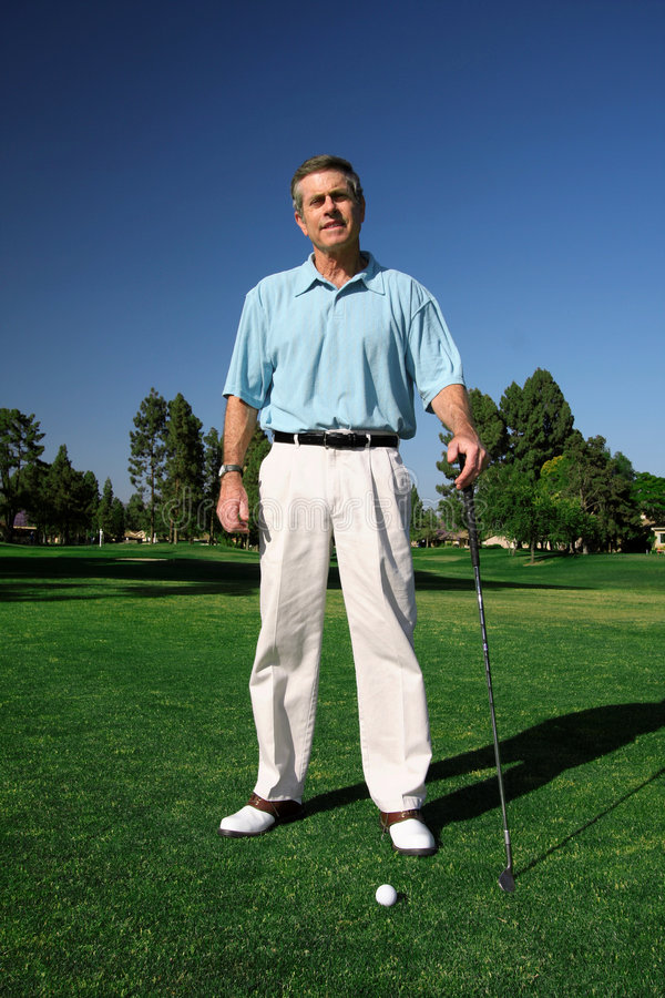 Aktiver fälliger Mann-Golfspieler stockfotos
