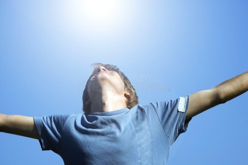 Aktiver Junge, der Glück zeigt lizenzfreie stockbilder