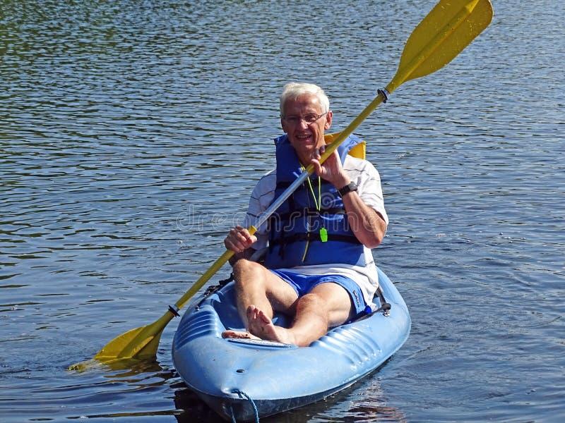 Aktiver Kayak fahrender Senior lizenzfreie stockfotos