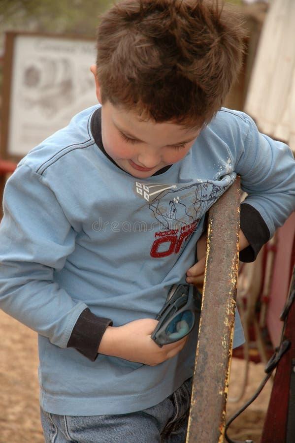 Aktiver kleiner Junge stockfotografie