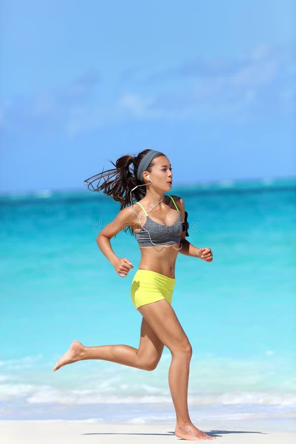 Aktiver Lebensstil - Frau, die barfuß auf Strand läuft lizenzfreie stockfotos