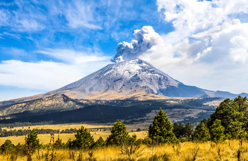 Aktiver Popocatepetl-Vulkan in Mexiko lizenzfreie stockfotos