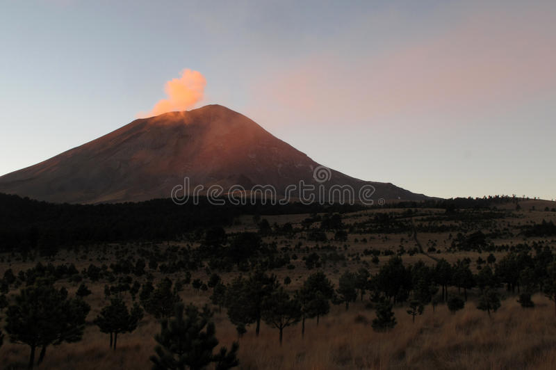 Aktiver Popocatepetl-Vulkan in Mexiko lizenzfreies stockfoto