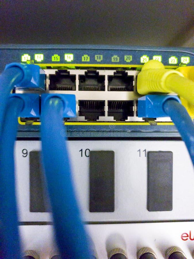 Aktiver Schalter des Blinkennetz-Ethernets mit verbundenen Kabeln im Serverraum stockfotos