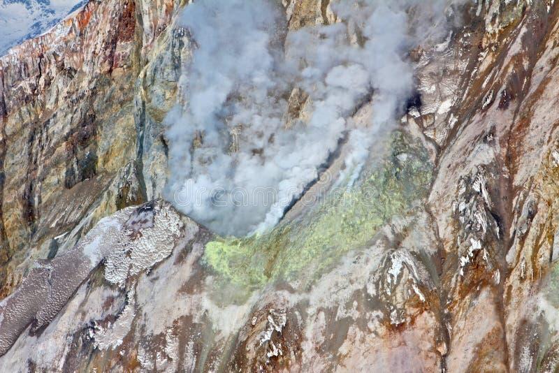 Aktiver vulkanischer ausbrechender Krater stockbilder