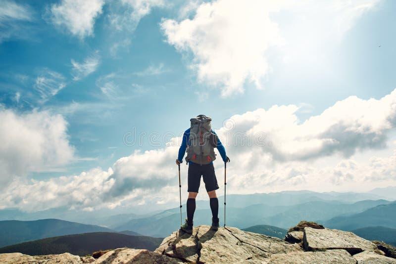 Aktiver Wanderer, der die Ansicht genießt Karpaten, Ukraine stockbilder