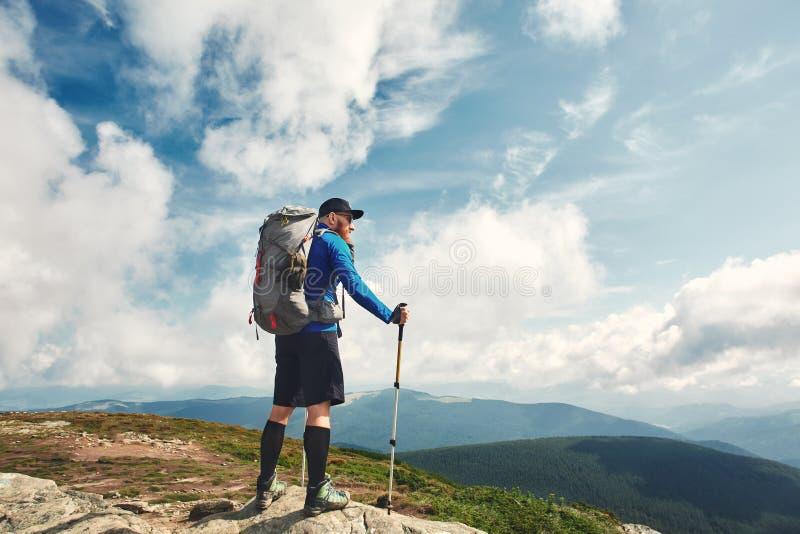 Aktiver Wanderer, der die Ansicht genießt Karpaten, Ukraine lizenzfreie stockfotos