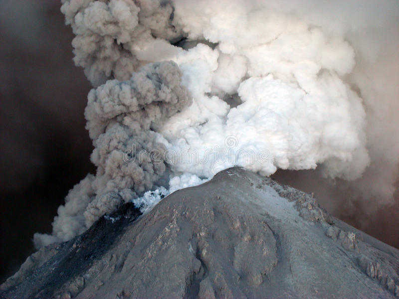 Aktiver Zustand des Vulkans Kizimen in Kamchatka lizenzfreie stockfotos