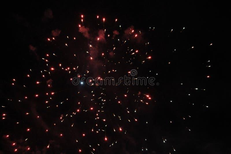 Aktivera showen Nattbakgrund Fyrverkerier fyrverkeri Ferie av jul och nytt år i ljusa röda och blåa stjärnor av färgrikt royaltyfria foton