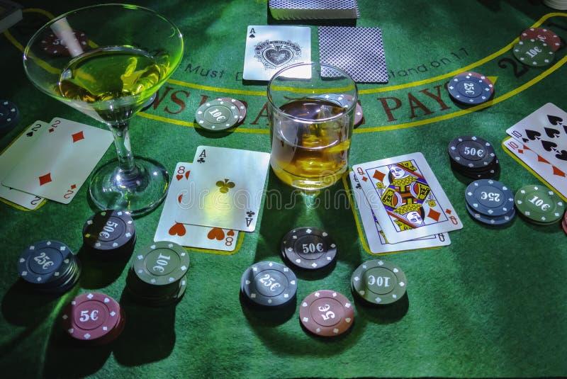 Aktivering för att spela blackjacken på kasinot Whisky- och Martini exponeringsglas på tabellen royaltyfria bilder
