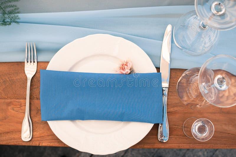 Aktivering för bröllop- eller händelsegarneringtabell, blå servett, öppen luft royaltyfri foto