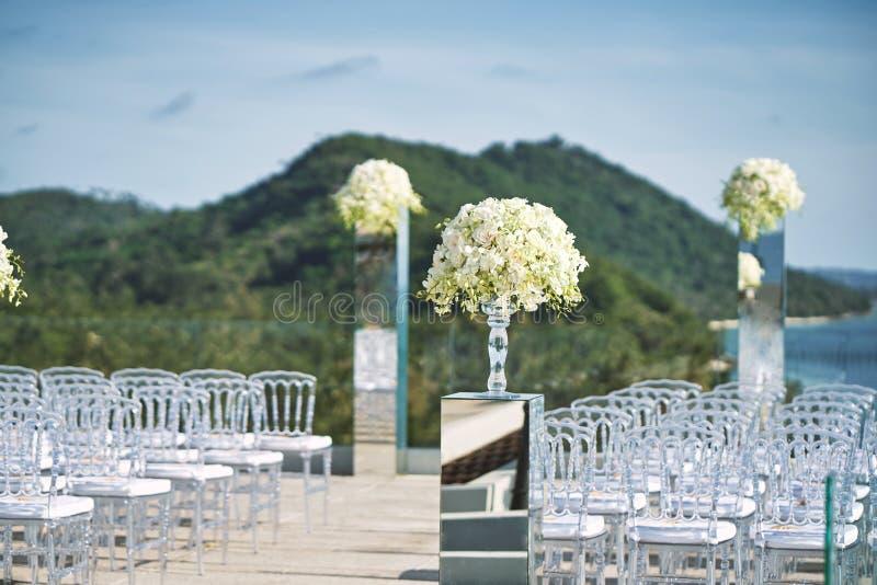 Aktiveringen för mötesplatsen för strandbröllop med vit blomman för den rosor och på spegeln boxas vasgarnering arkivfoton