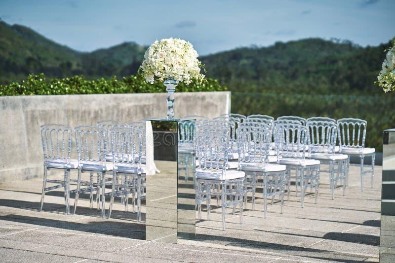 Aktiveringen för mötesplatsen för strandbröllop med vit blomman för den rosor och på spegeln boxas vasgarnering royaltyfri foto