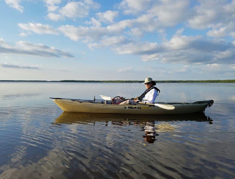 Aktives älteres Kayak fahren auf Blässhuhn-Bucht im Everglades-Nationalpark lizenzfreie stockbilder