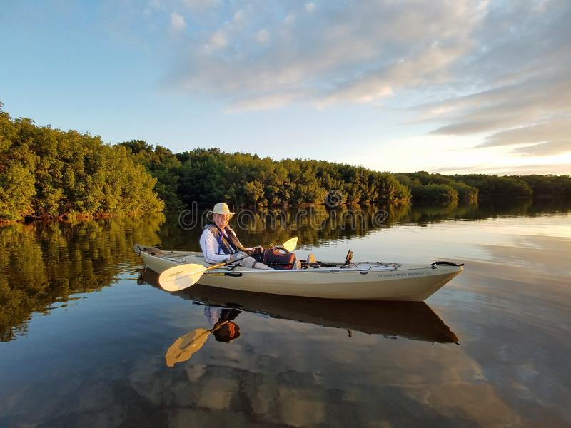 Aktives älteres Kayak fahren auf Blässhuhn-Bucht im Everglades-Nationalpark lizenzfreies stockfoto