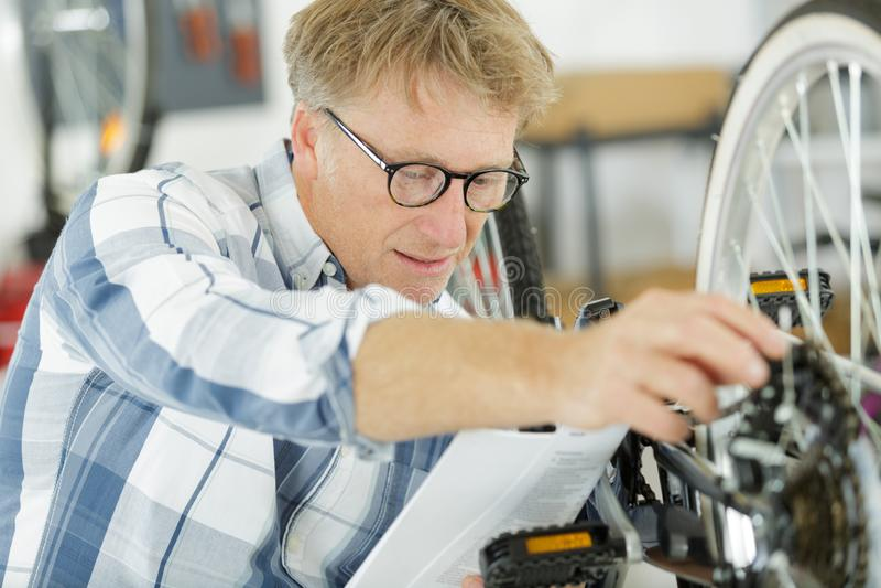 Aktives älteres Reparierenfahrrad lizenzfreie stockfotos