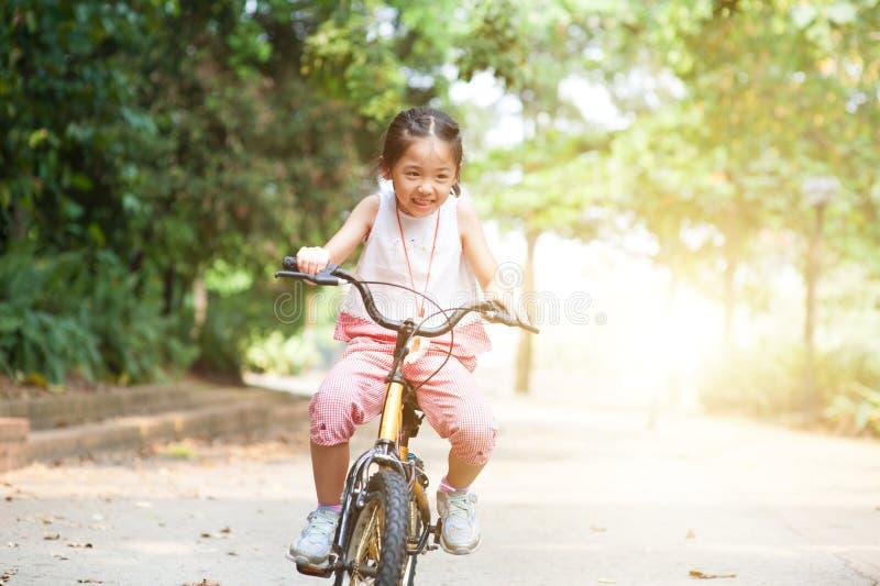 Aktives asiatisches Kinderreitfahrrad im Freien lizenzfreie stockfotos