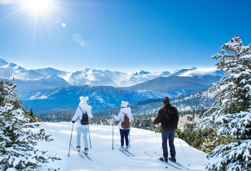 Aktives Familienskifahren auf Winterferien stockbilder