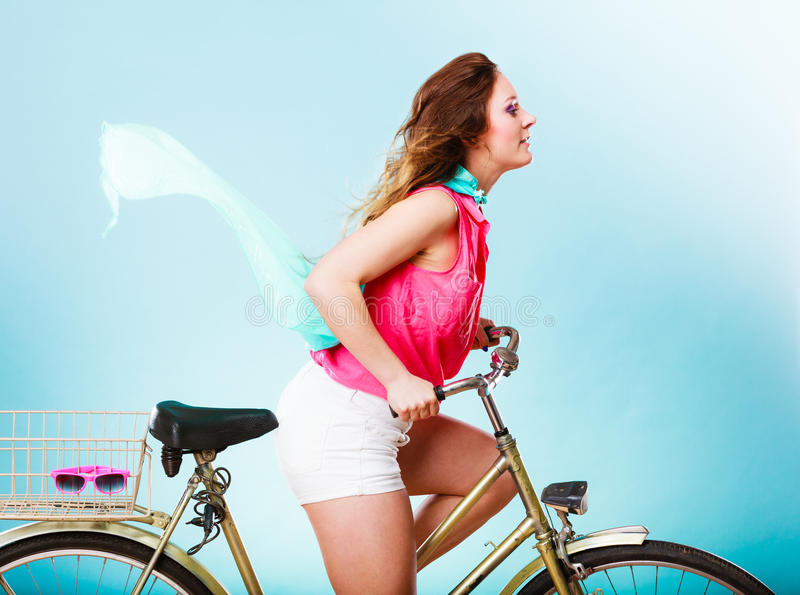 Aktives Frauenreitfahrradfahrrad Haar windblown stockfotos