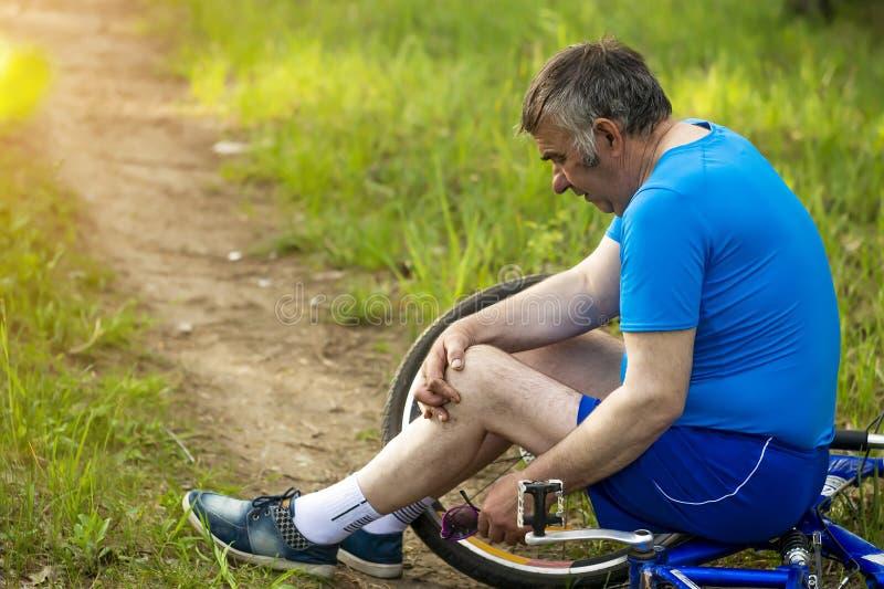 Aktives hohes Alter, Leute und Lebensstilkonzept - gl?ckliches ?lteres Paarreiten f?hrt am Sommerpark rad lizenzfreie stockfotografie